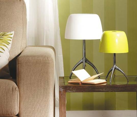 Настольная лампа в интерьере комнаты